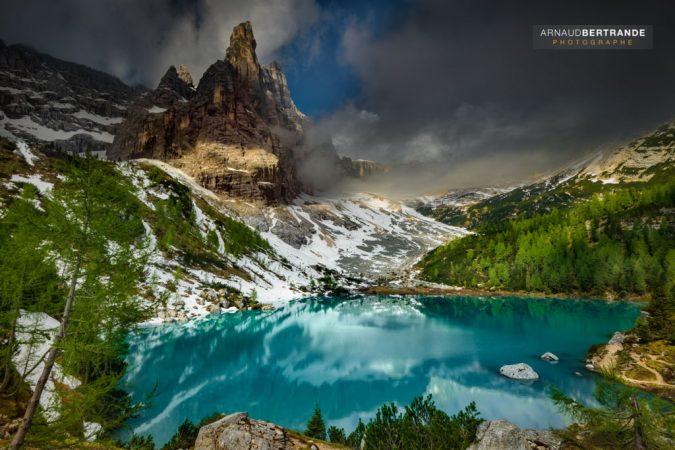 Lac-de-Sorapis-et-sa montagne-appelée le-doigt-de-Dieu