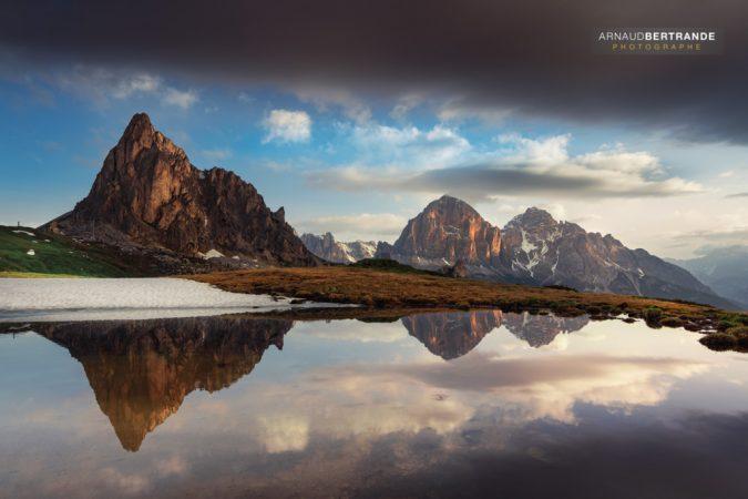Passo-di-Giau-et-son-reflet-dans-un-lac