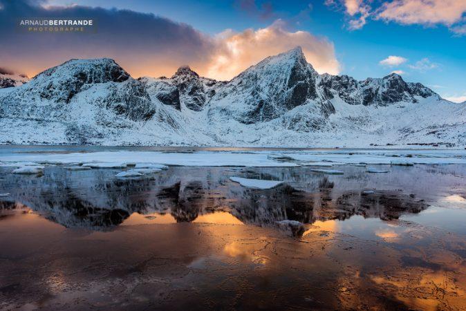 Fjord de Flakstad au coucher du soleil