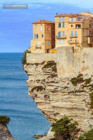 Maisons-colorees-en-bordure-de-la-falaise-de-calcaire-de-Bonifacio