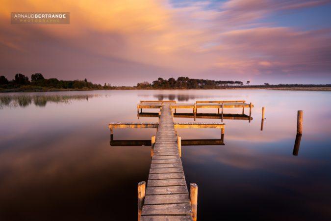 Ponton sur le lac Hourtin au coucher du soleil