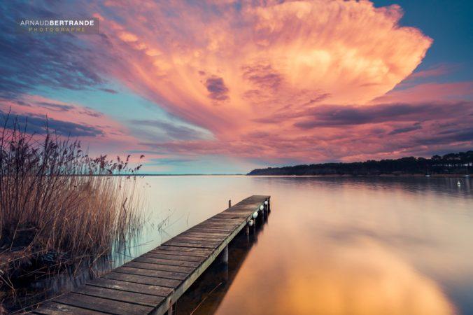 Ponton sur le lac Moutchic au coucher du soleil