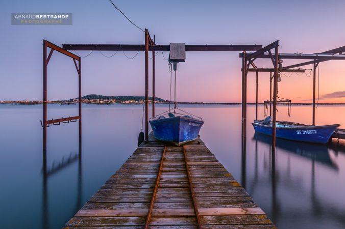 Bateau de pêche sur un ponton au coucher du soleil-Etang de Thau